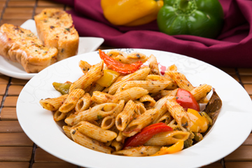 Penne paprika with garlic bread